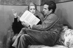 """Regisseur Francois Truffaut bei Dreharbeiten zu """"Das Geheimnis der falschen Braut"""" (La sirene du Mississippi; FR/IT 1968/69) mit Catherine Deneuve / Drehbuch besprechen, Drehbesprechung, Frau Zigarette, Drehpause /------WICHTIG: Nutzung nur redaktionell mit Filmtitelnennung bzw. Berichterstattung über diesen Film. Buch- und Kalendernutzung nur nach Absprache. ------IMPORTANT: To be used solely for editorial coverage of this specific motion picture/TV programme. / ACHTUNG: KEINE NUTZUNG IN FRANKREICH - NOT FOR USE IN FRANCE"""